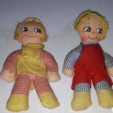 Muñecas Extranjeras: PAREJA DE MUÑECAS DE TRAPO AÑOS 60 MADE IN HONG KONG. Lote 235469280