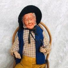 Muñecas Extranjeras: SANTON PROVENZAL FIGURA HOMBRE EN SILLA CON PIPA. Lote 242405240