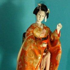 Bambole Internazionali: MUÑECA SOBRE PEANA GEISHA / DAMA JAPONESA CON KIMONO TRADICIONAL. ALTURA 25 CM. Lote 251056060