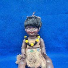 Muñecas Extranjeras: MUÑECA HAWAIANA CARTÓN PIEDRA NEGRITA OJOS MARGARITA. Lote 289412923