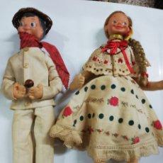 Muñecas Extranjeras: PAREJA DE MUÑECOS ANTIGUOS CON ROPA REGIONAL CABEZA DE GOMA. Lote 294517758