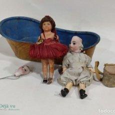 Muñecas Extranjeras: CONJUNTO DE DOS MUÑECAS, UNA CABEZA Y UNA BAÑERA. Lote 295723993