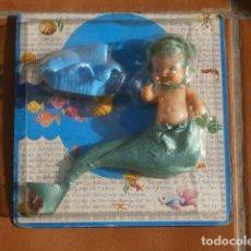 Muñecas Lesly y Barriguitas: MUÑECA BARRIGUITAS FAMOSA SIRENA PELO VERDE CON PEDESTAL CARACOLA. Lote 98877407