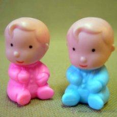 Muñecas Lesly de Famosa: FIGURA DE PLASTICO, PIN Y PON, PAREJA DE BEBES, MELLIZOS, FABRICADO POR FAMOSA, ESPAÑA. Lote 34598012