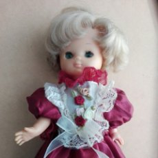 Muñecas Lesly de Famosa: ANTIGUA MUÑECA LESLY RUBIA PECOSA CON VESTIDO. Lote 199899115
