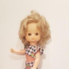 Muñecas Lesly de Famosa: LESLY PELO RIZADO CON CONJUNTO JARDÍN - AÑOS 70 - ORIGINAL FAMOSA. Lote 152042085