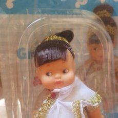 Muñecas Lesly de Famosa: MUÑECA BARRIGUITAS GRIEGA, CON REVISTA. Lote 172025788