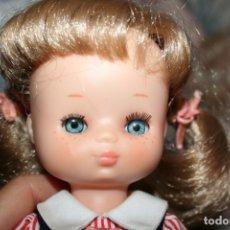 Muñecas Lesly de Famosa: MUÑECA LESLY ANTIGUA ARONA PELIRROJA CON VESTIDO COLEGIALA MUY BUEN ESTADO . Lote 178378826