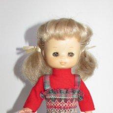 Muñecas Lesly de Famosa: MUÑECA LESLY COLETAS CON CONJUNTO ESCOCÉS AÑOS 70. Lote 182593093