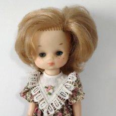 Muñecas Lesly de Famosa: LESLY DE FAMOSA OCHO 8 PECAS OJOS AZULES VESTIDO DE FLORES ZAPATOS NEGROS. Lote 190776050