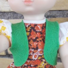 Muñecas Lesly de Famosa: RÉPLICA DEL CHALECO VERDE CARAMELOS DE LESLY. HERMANITA DE NANCY. Lote 210476825