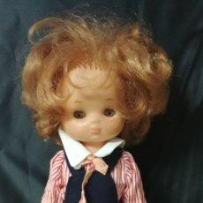 Muñecas Lesly de Famosa: LESLY 10 PECAS TRAJE COLEGIALA. Lote 217858848
