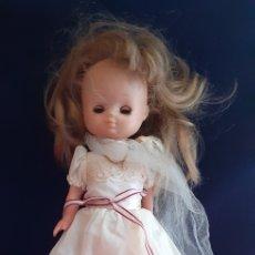 Bonecas Lesly da Famosa: MUÑECA LESLY COMUNIÓN .EL BRAZO DURO OJO ESTAN CERRADO Y LA PIERNA ROTO VER FOTOS BIEN. Lote 221078581