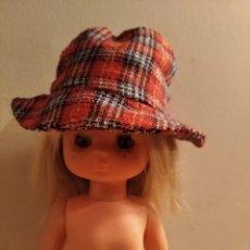 Muñecas Lesly de Famosa: ANTIGUO GORRO CUADROS TAMAÑO MUÑECA LESLY. Lote 222601282