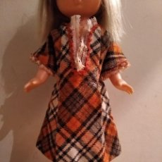 Muñecas Lesly de Famosa: ANTIGUO VESTIDO CUADROS TAMAÑO MUÑECA LESLY. Lote 222601397