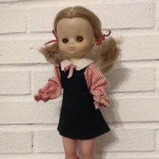 Muñecas Lesly de Famosa: MUÑECA LESLY MODELO COLEGIO DE ORIGEN. Lote 240984175