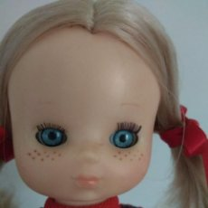 Muñecas Lesly de Famosa: MUÑECA LESLY OJOS ARONA CON MODELO ESCOCÉS. Lote 254958080