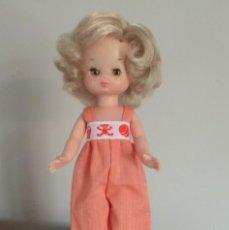 Muñecas Lesly de Famosa: MUÑECA LESLY CON PELELE NARANJA DE ORIGEN. Lote 260677475