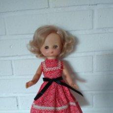 Muñecas Lesly de Famosa: MUÑECA LESLY CON MODELO ROJO. Lote 270946543