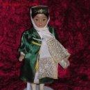 Muñecas Modernas: MUÑECA CON TRAJE TIPICO COLOR VERDE. Lote 27025622