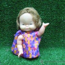 Muñecas Modernas: BONITA MUÑECA ANTIGUA DE GOMA CON PELO IMPLANTADO . Lote 26863328