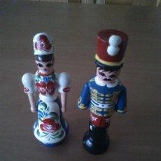 Muñecas Modernas: PAREJA TIPICA DE HUNGRIA EN MADERA Y PINTADA A MANO. Lote 31549813