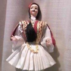 Muñecas Modernas: MUÑECA/MUÑECO CON ROPAS TÍPICAS DE GRECIA.. Lote 35316897