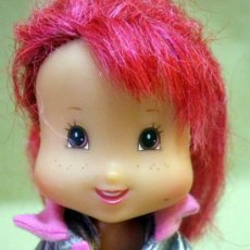 Muñecas Modernas: MUÑECA, TARTA DE FRESA, PLAYMATES TOYS, FRAGANCIA A FRESA EN EL PELO. Lote 38201400