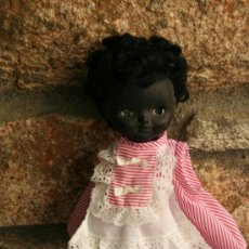 Muñecas Modernas: ANTIGUA MUÑECA NEGRITA O NEGRA DE PLASTICO INGLESA. Lote 38219923