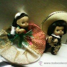 Muñecas Modernas: PAREJA DE MEXICANOS ANTIGUOS HECHO DE GOMA,LAS ROPAS SON ORIGINALES.HECHOS EN MEXICO,. Lote 40841158