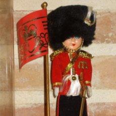 Muñecas Modernas: ANTIGUO MUÑECO DE CELUL0IDE GUARDIA REAL INGLESA. Lote 40977317