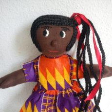 Muñecas Modernas: BONITA MONEQUITA AFRICANA HECHA DE PANO LOS OJOS Y BOCA SON BORDADOS ES ORIGINAL . Lote 45487245