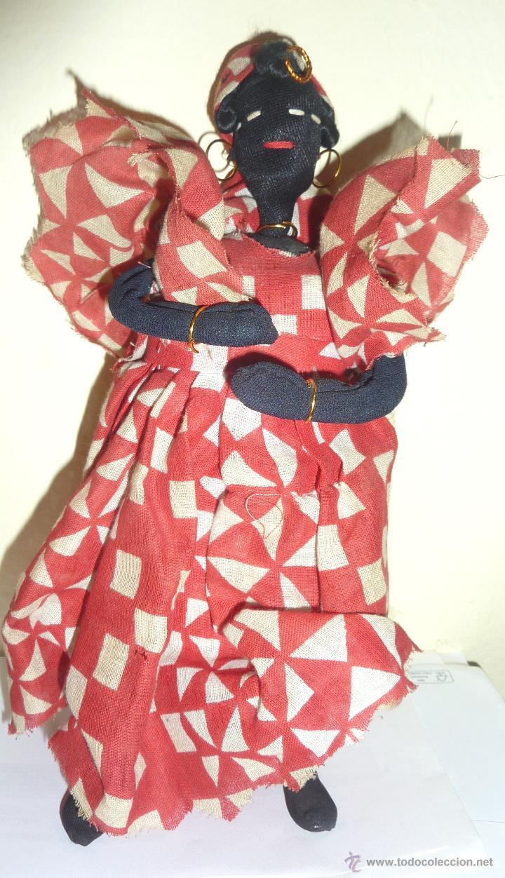 MUÑECA DE TRAPO NEGRA . VESTIDA DE CUBANA CON NIÑO DETRÁS . SOPORTE PARA AGUANTARSE DE PIE 23CM (Juguetes - Muñeca Extranjera Moderna - Otras Muñecas)