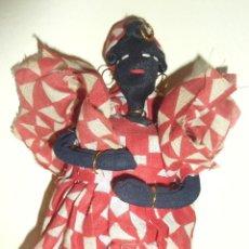 Muñecas Modernas: MUÑECA DE TRAPO NEGRA . VESTIDA DE CUBANA CON NIÑO DETRÁS . SOPORTE PARA AGUANTARSE DE PIE 23CM. Lote 45713596