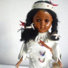 Muñecas Modernas: ANTIGUA Y BONITA MONEQUITA INDIA VESTIDA CON ROPA DE PIEL BLANCA HECHA DE VINYL LA CABEZA OJOS DURMI. Lote 49703393