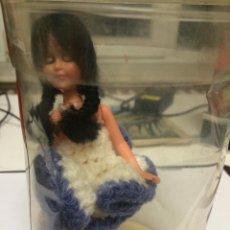 Muñecas Modernas: MUÑECA DE SOUVENIR. Lote 53032259