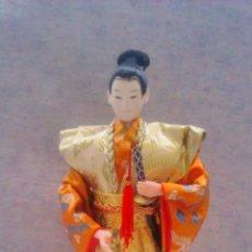 Muñecas Modernas: BONITO SAMURAY HECHO DE PLÁSTICO DURO Y TEJIDO PELO DE MOAHIR. BASE DE MADERA.. Lote 54710542