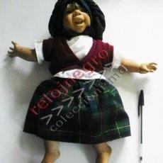 Muñecas Modernas: MUÑECA O MUÑECO BEBÉ - JUGUETE CON ROPA VESTIDO ( FALDA GORRO ). Lote 57492533