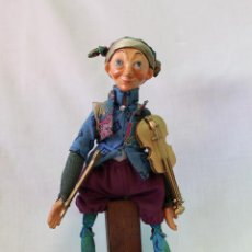 Muñecas Modernas: MUÑECO VIOLINISTA DE TRAPO Y TABURETE DE MADERA. Lote 61712140