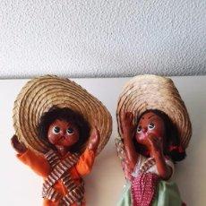 pareja de muñecos mexicanos con traje regional y bebé, artesanía mexicana