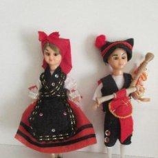 Muñecas Modernas: ANTIGUOS MUÑECOS CON TRAJES REGIONALES CREO QUE SON GALLEGOS MUEVEN LOS OJOS . Lote 71034129