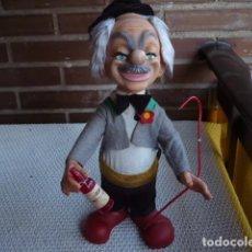 Muñecas Modernas: PAYASO ANTIGUO CON ROPA DE FIELTRO Y BOTELLA EN LA MANO. Lote 77827689