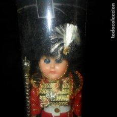 Muñecas Modernas: MUÑECO INGLES, GUARDIA REAL, TRAJE REGIONAL - CELULOIDE 18CM. AÑOS 60'S -. Lote 94655175