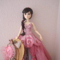 Muñecas Modernas: PRECIOSA MUÑECA DE RESINA BDJ LINDAMENTE VESTIDA. Lote 96937955