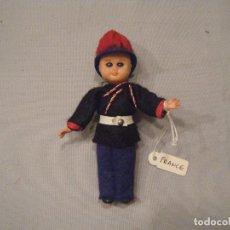 Muñecas Modernas: MUÑECO GUARDIA DE FRANCIA. AÑOS 70. Lote 102435063
