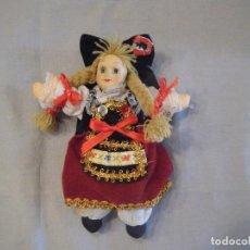 Muñecas Modernas: MUÑECA DE STRASBURGO- FRANCIA. CUERPO DE TELA Y CABEZA DE CERÁMICA.. Lote 102439271