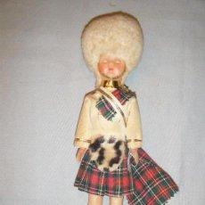 Muñecas Modernas: ANTIGUO MUÑECO DE LA GUARDIA REAL DE ESCOCIA. OJOS DURMIENTES. Lote 102440347