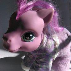 Muñecas Modernas: MY LITTLE PONY BABY PELUCHE HASBRO SE RÍE APRETANDO PATITA ROSA LAVANDA 23 CM. Lote 105887923
