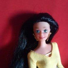 Muñecas Modernas: BONITA MUÑECA SIMILAR A BARBIE CON VESTIDO DE BARBIE MAESTRA O PROFESORA Y MELENA NEGRA. Lote 105903079