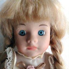 Muñecas Modernas: MUÑECA PORCELANA VESTIDO DE ENCAJE FLORES ROSA ROMANTICO SHABBI CHIC. Lote 106571686